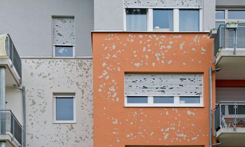 Heftiger Hagel verursachte am 28. August in Baden-Württemberg binnen weniger Minuten Schäden in Millionenhöhe. Das Obergeschoss dieses Hauses in der Reutlinger Pestalozzistraße ist mit der weltweit verbreitetsten Fassadendämmung, dem System StoTherm Classic, gedämmt.
